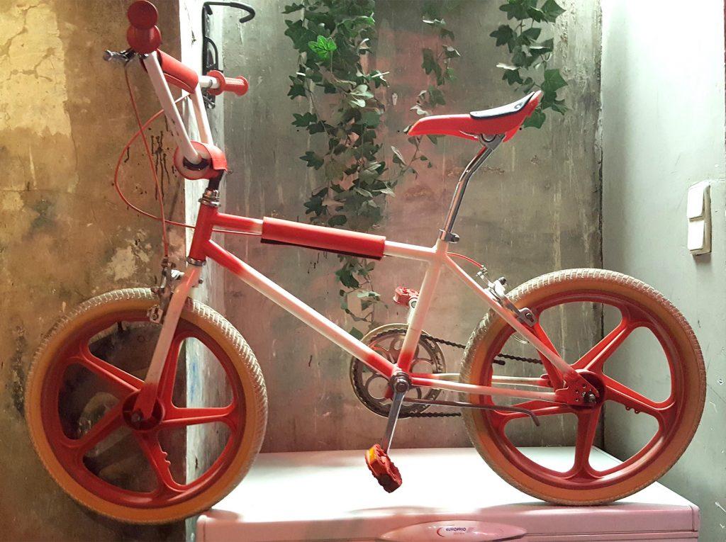 BMX roja Los Martinez Banco de bicis Alquiler de bicicletas