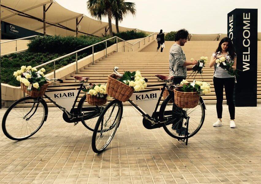 Tres Martínez de rosas blancas inauguran la 'flagship' de Kiabi en Barcelona