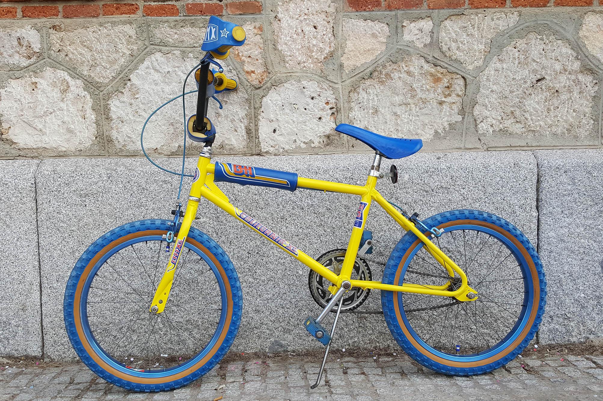 BMX amarilla azul Los Martinez Banco de bicis