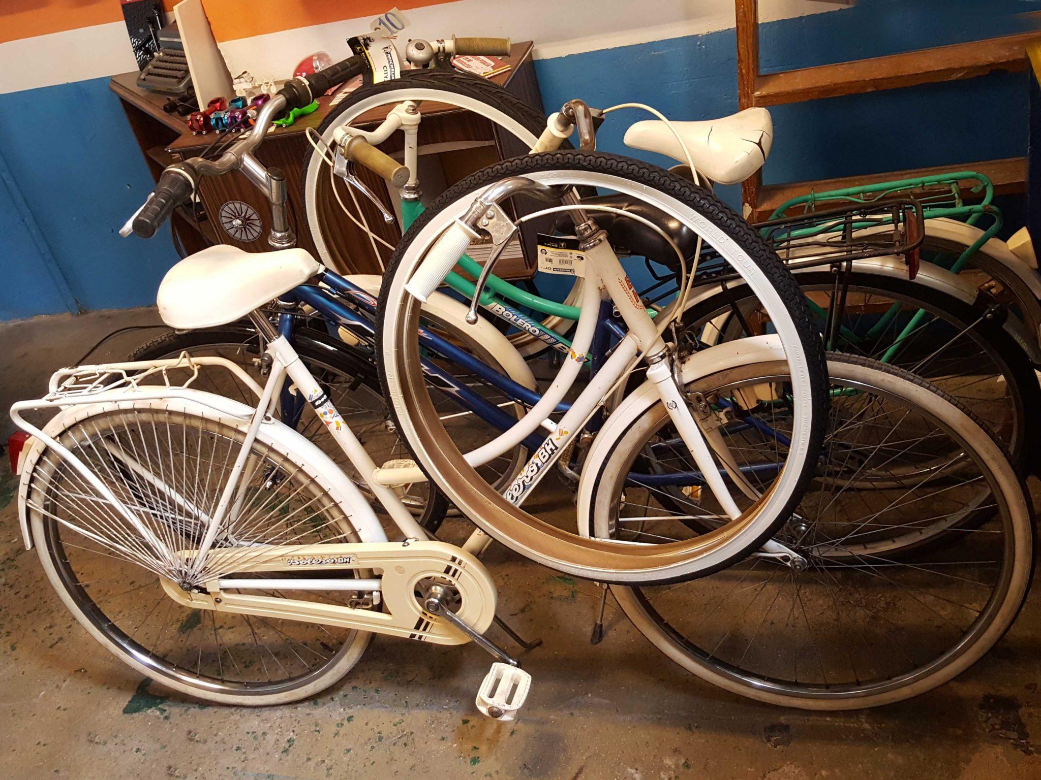 Los Martínez Banco de bicis Alquiler bicicletas especiales Ana Belén Portugal Cascais