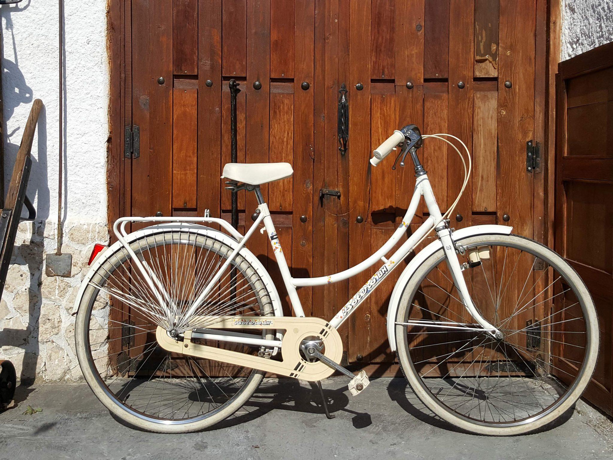 Los Martínez Banco de bicis Alquiler bicicletas especiales Ana Belén Portugal Cascais BH Bolero blanca